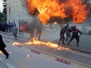 Demonstranten warfen Brandsätze bei den Protesten in der albanischen Hauptstadt Tirana. (Bild: KEYSTONE/EPA/MALTON DIBRA)