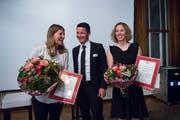 Sichtlich Freude an der Ehrung: Denise Feierabend (links) und Michelle Gisin zusammen mit Regierungsrat Christian Schäli. (Bild: Dominik Wunderli, Engelberg, 10. Mai 2019)