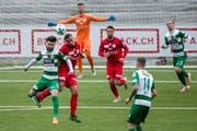 Der Krienser Edmond Selmani (vorne) im Kopfballduell mit Wils Magnus Breitenmoser im Stadion Kleinfeld in Kriens. (Bild: Philipp Schmidli)