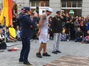 Ein Tänzchen am «Aufgetischt»: Peter Jans - mit Goldkette und Baseball-Cap - mit Bboy Illwill und einem zweiten Freiwilligen vor dem Amtshaus. (Bild: PD - 10. Mai 2019)