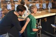 Tranquillo Barnetta signiert ein Trikot eines jungen Fan. (Bild: Ruben Schönenberger)