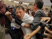 Schlägerei im Parlament von Hongkong: Mehrere Abgeordnete wurden verletzt. (Bild: KEYSTONE/AP/VINCENT YU)