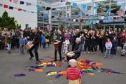 «Chömäd alli zämä»: Zum Abschluss des Flashmobs erklingt nochmals das HPS-Lied. (Bild: Kathrin Meier-Gross)