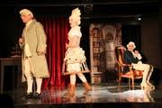Mozart (Markus Omlin) streitet sich mit seiner Constanze (Luzia Gisler), während Salieri (Samuel Christen) im Hintergrund alles mitkriegt. (Bild: Irene Infanger, Stans, 11. Mai 2019)