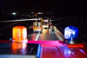 Am Samstagabend kam es zu einem Unfall auf der A4. (Bild: Zuger Polizei)