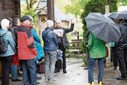Maria Greco (mitte) zeigte der Gruppe den Hofladen auf dem Sternenhof, wo es saisonale Produkte gibt. (Bild: Roger Zbinden (Baar, 11. Mai 2019))