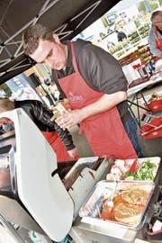 Kreativ, sorgsam und ruhig ist Stefan Hämmerle die Zubereitung des Menüs angegangen; mit Speck umwickelten Champions, Gemüse, Bio-Schweine-Steak, Reis und einer leckeren Sauce. (Bild: Heidy Beyeler)
