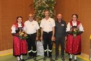 Sie wurden an der DV für ihr 40-jähriges Engagement im Dienst der Feuerwehr geehrt, flankiert von den Ehrendamen: Max Gisler, Bruno Imhof und Karl Mattli (von links). (Bild: Robi Kuster, Seedorf, 10. Mai 2019)