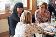 Die neuen Vorstandsmitglieder Irene Bruderer (links) und Beate Bellefi (rechts) im Gespräch. (Bild: PD)
