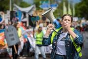 Mit dem Megafon voran. Eine der Organisatorinnen führt den Demonstrationszug an. (Bild: Reto Martin)