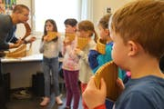 Hansjörg Rechsteiner zeigt den Kindern an der Musikschule, wie man Panflöte spielt. (Bild: Monika Wick)