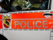 Zahlreiche Einsatzkräfte der Kantonspolizei Bern wurden am Samstagabend nach Belp gerufen. Dort waren Mitglieder zweier Töffclubs aneinandergeraten. (Bild: KEYSTONE/PETER KLAUNZER)