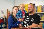 Grosse Fans der Ludothek Frauenfeld: Jasmin Grogg mit Tochter Jara und Ehemann Tobias. (Bild: Andreas Taverner)