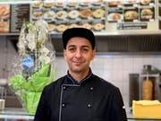 Der «New Point»-Besitzer Hussein Mahmoud vor der Restaurantküche.