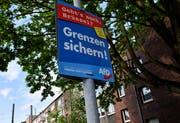 Ein Plakat der deutschen Rechtsaussenpartei AfD für die Europawahlen hängt an einer Strassenlaterne in Gelsenkirchen. (Bild: Martin Meissner/AP - 10. Mai 2019)