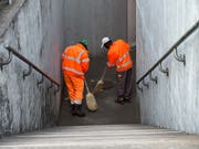 Asylsuchende bei einem Reinigungseinsatz. (Bild: KEYSTONE/TI-PRESS/FRANCESCA AGOSTA)