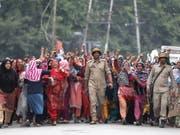 Nach der Vergewaltigung eines dreijährigen Mädchens im indischen Bundesstaat Jammu und Kaschmir ist es in mehreren Orten, darunter auch in der Sommerhauptstadt Srinagar, u gewaltsamen Zusammenstössen zwischen Demonstranten und Sicherheitsvertretern gekommen. (Bild: KEYSTONE/EPA/FAROOQ KHAN)