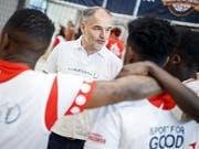 Der ehemalige Fussball-Internationale Stéphane Chapuisat spricht mit Jugendlichen am Street-Soccer-Turnier von Laureus in Payerne (Bild: Keystone/VALENTIN FLAURAUD)