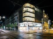 Solche «Festbeleuchtungen» machen den Nachttieren das Leben weitherum schwer: Bürogebäude in Zürich. (Bild: KEYSTONE/CHRISTIAN BEUTLER)