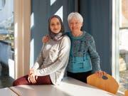 Die Integration von Flüchtlingen ist nicht denkbar ohne den grossen Einsatz von zahlreichen Freiwilligen in der ganzen Schweiz. Bodour Kelsani und Hildegard Schmutz im «Café International» im Kirchgemeindehaus Russikon ZH. (Bild: KEYSTONE/PPR/OBS/HEKS/CORINA FLUEHMANN)