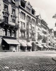 Eine Fotografie der Häuser Marktplatz 18 und 20 von 1928. Die Häuser wurden zur Zeit des Jugendstils erbaut. Bevor 1933 Juwelier Frischknecht einzog wurden hier Handschuhe genäht und im «Gallushof» Hotelgäste beherbergt. (Bild: PD)