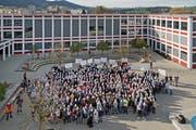 Sparmassnahmen bei der Bildung lassen Schüler und Lehrer der Kantonsschule Reussbühl gemeinsam demonstrieren – mit Masken auf dem Pausenplatz. (Bild: Pius Amrein, 19. November 2015)