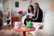 Alina (links) und Linda bei Schulaufgaben in Lindas Zimmer.