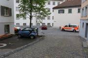 Das rote Auto rollte vom Standort des Fotografen über die St.-Georgen-Strasse bis zur Mauer zum Stiftsbezirk hin. Unterwegs demolierte es einen Robidog und einen Abfallbehälter. (Bilder: Stadtpolizei St.Gallen - 12. Mai 2019)