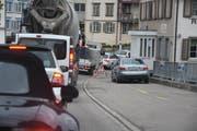 Dieses Bild dürfte sich in den nächsten Wochen vermehrt zeigen: Der Verkehr staut sich im Städtli Lichtensteig. (Bild: Ruben Schönenberger)