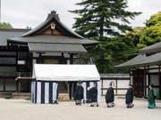 Mit einer seltenen Zeremonie haben am Montag Höflinge am japanischen Kaiserhof den Ort für den Anbau des neuen kaiserlichen Reises ermittelt. Dabei kommen aus Panzern gefährdeter Meeresschildkröten gefertigte Platten zum Einsatz. (Bild: KEYSTONE/AP Imperial Household Agency of Japan)