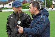 Ridvan Yazici (l.) und Co-Trainer Yücel Sali besprechen sich in der Pause auf dem Weg in die Kabine. «Wir verstehen uns blind», sagt Yazici über sein Verhältnis zum ehemaligen Mitspieler in Wolfurt. (Bild: ys)