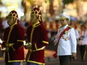 Thailands Premierminister Prayut Chan-o-cha (rechts im Bild) hat am Montag die Unterstützung von elf kleineren Parteien erhalten. Damit hat Prayut praktisch die Mehrheit zusammen, um sich für eine weitere Amtszeit zum Premier wählen zu lassen. (Bild: KEYSTONE/EPA/NARONG SANGNAK)