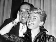 Die US-amerikanische Schauspielerin und Sängerin Doris Day ist am 13. Mai 2019 im Alter von 97 Jahren gestorben. Hier posiert sie 1955 in London mit ihrem Mann Martin Melcher. (Bild: Keystone/AP/BOB DEAR)