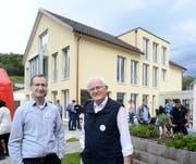 Eduard Moser, Betriebsleiter (links) und Vater Hans Moser, Gründer und Erbauer des Wohnheims Neufeld, zeigen vergangenen Samstag am Tag der offenen Tür den eindrücklichen Neubau (hinten). (Bilder: Hansruedi Rohrer)