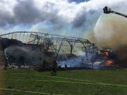 In Alterswil FR ist ein Bauernhaus durch einen Brand vollständig zerstört worden. (Bild: Kantonspolizei Freiburg)