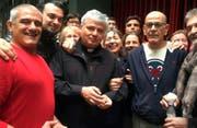 Kardinal Konrad Krajewski mit Aktivisten und Bewohnern des Hauses in Rom. (Bild: Fabio Grimaldi/AP)