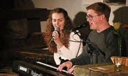 Im Torkel sangen Amber Sieber und Micha Zuber eigene Lieder und als Zugabe ein Duett. (Bild: Max Pflüger)
