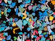 Beim Verwittern und durch Abrieb kann Plastik in winzige Teile zerbröckeln. So gelangt das Mikroplastik auch leicht in die Mägen von Fischen und anderen Organismen. (Bild: Bernd Nowack / Empa)