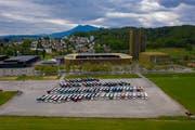 Ordentlich aufgereiht: Die parkierten Reisecars bei der Messe Allmend. (Bild: Marco Vogel)