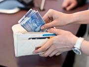 Wer bei der grössten Schweizer Bank Bargeld am Schalter bezieht, muss neuerdings mit Gebühren rechnen. (Bild: KEYSTONE/MARTIN RUETSCHI)