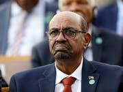 Sudans langjähriger Staatschef Omar al-Baschir ist wegen Beteiligung an der Ermordung von Demonstranten angeklagt worden. (Bild: KEYSTONE/AP/BURHAN OZBILICI)
