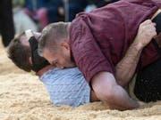Christian Stucki kann vorderhand keinen Gegner ins Sägemehl betten (Bild: KEYSTONE/MARCEL BIERI)