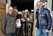 Sepp Joller (links) und Peter Steiner präsentieren das Buch nicht nur Kühen. (Bild: Romano Cuonz, Stans, 4.Mai 2019)