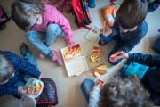 Kindergärtler in der Pause. Immer mit dabei: die Kindergartenlehrperson. (Bild: Benjamin Manser, 3. März 2016)