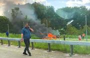 Das brennende Kleinflugzeug neben dem Flughafen Birrfeld. (Bild: Leserreporter