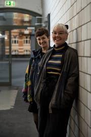 Lena Eberhard (rechts) und Corinne Bischof unterstützen den Verein Viva con Agua. (Bild: Adriana Ortiz Cortado)
