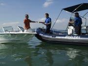 Das Polizeiboot «Lore», als es noch unbeschädigt im Einsatz war. (Bild: pd/Zuger Polizei)