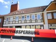Das Haus eines der Opfer von Passau in Wittingen ist durch ein Absperrband gesichert. Dort wurden zwei weitere Leichen gefunden. (Bild: Keystone/DPA/CHRISTOPHE GATEAU)