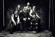Rammstein mit Till Lindemann (Mitte) spielen auch dieses Mal wieder mit dem Feuer. (Bild: Universal)