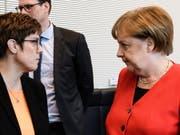 Die Grosse Koalition in Deutschland hat am Dienstagabend unter der Führung der deutschen Kanzlerin Angela Merkel (rechts) ihren Streit um bessere Arbeitsbedingungen in der Paketbranche sowie um Bürokratieabbau beigelegt. (Bild: KEYSTONE/EPA/CLEMENS BILAN)